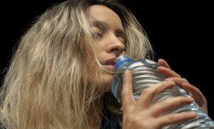 Consecuencias de tomar agua en exceso